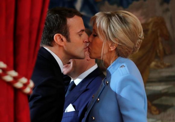 Amor: el presidente Emmanuel Macron y su señora Brigitte. Foto: Reuters