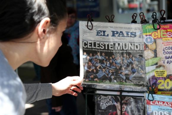Goleada: la fiesta es más fiesta con un diario en la mano. Foto: EFE