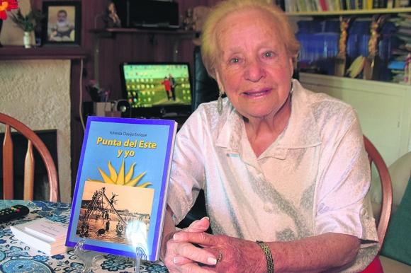 La autora: Yolanda Clavijo en su casa de Punta del Este, con su libro de recuerdos. Foto: R. Figueredo