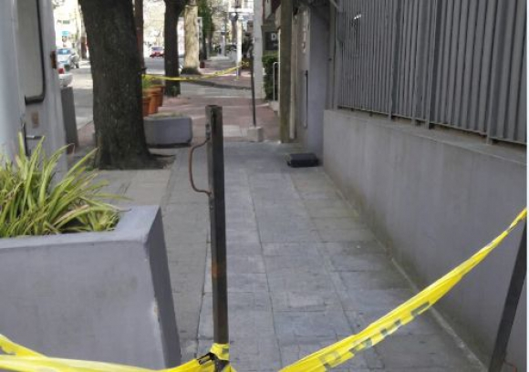 El maletín en la puerta de la sinagoga estaba vacío. Foto: Bomberos