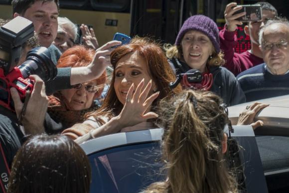 Cristina Fernández recorrió el centro de cómputos que montó el espacio que lidera en el Instituto Patria. Foto: AFP
