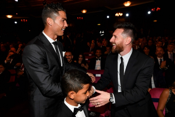 El saludo entre Cristiano Ronaldo y Lionel Messi en la gala de The Best. Foto: AFP