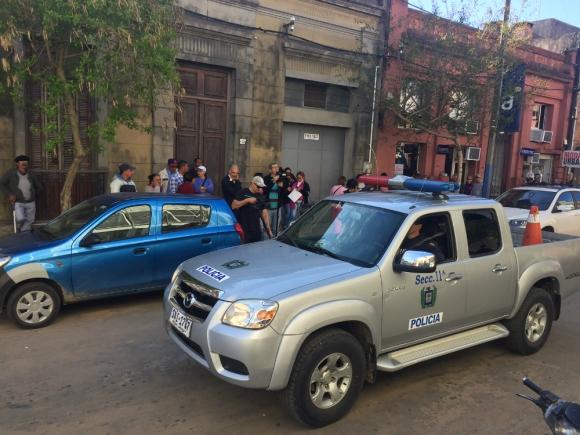 Alarma: vecinos movilizados mientras declaraba el dueño de los perros. Foto: N. Araújo