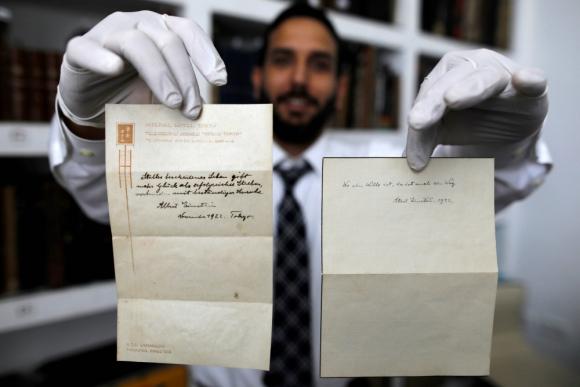 Una de las notas de Einstein. Foto: AFP
