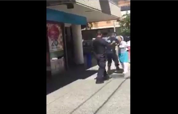 Trabajadora de una confitería fue detenida por policías en Pocitos. Foto: Captura.