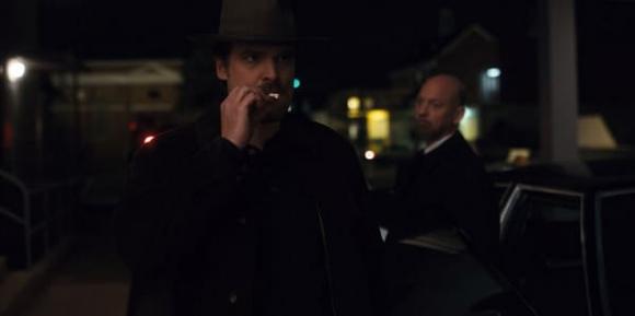 Hopper entra a un auto con agentes del gobierno. Foto: difusión