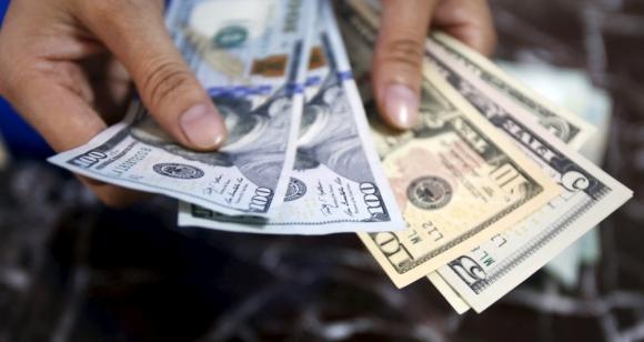 Dólar: los inversores no tendrán opción de usarlo para pagar la deuda en pesos del BCU. Foto: Reuters