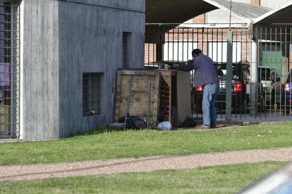 Rambla Francia: César y Ana se instalaron detrás de un CAIF. Foto: Fernando Ponzetto