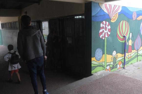 Familiares de alumnos del Jardín de Infantes N° 287 de Malvín Norte reclamaron información. Foto: F. Flores