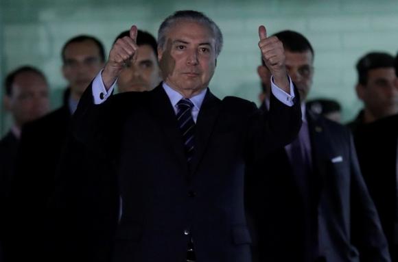 El presidente al salir ayer del Hospital Militar donde estuvo internado. Foto: AFP