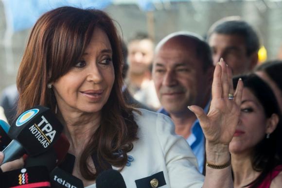 Cristina Fernández a la salida del juzgado. Foto: AFP.