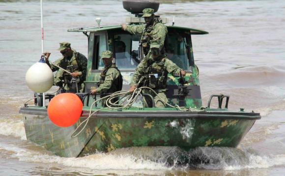 Ejercicio de militares en aguas del río Uruguay. Foto: Daniel Rojas
