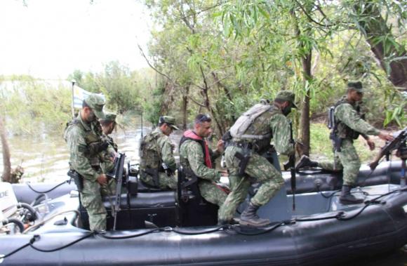 Ejercicio de efectivos de la Armada en aguas del río Uruguay. Foto: Daniel Rojas
