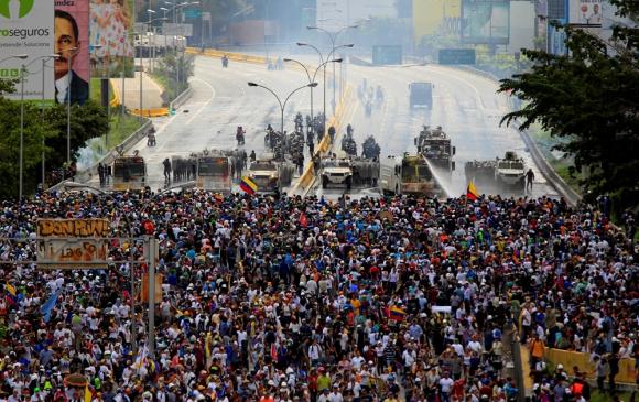 Algunas de las multitudinarias protestas callejeras que sufrió el régimen de Maduro a fines de mayo pasado. Foto: Reuters