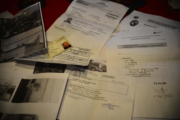 Federico Pérez mostró fotografías y documentos de todas  las denuncias que ha hecho. Foto: G. Pérez