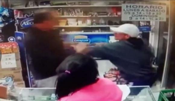 El joven que ingresó ayer en un almacén de Maldonado para cometer un robo violento. Foto: Captura Video