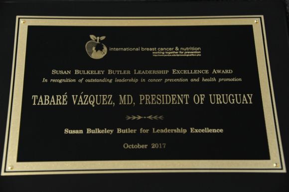 Reconocimiento de la Universidad de Purdue a Vázquez. Foto: Presidencia.