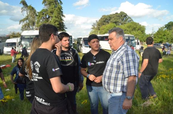 Vidalín esperó a los jóvenes antes del show. Foto: Víctor Rodríguez