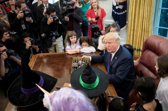 Trump: el presidente en la Casa Blanca recibió a un grupo de niños disfrazados de Halloween. Foto: AFP