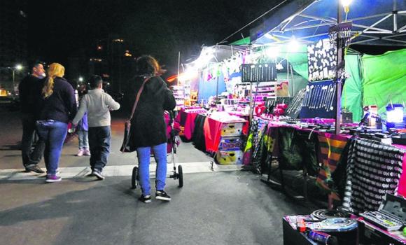 Puestos. vendían ropa, perfumes y alimentos, entre otras cosas. Foto: R. Figueredo