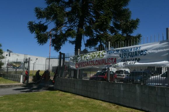Trabajadores del Sindicato del Gas ocupan local de MontevideoGas. Foto: Ariel Colmegna.
