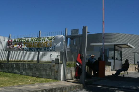 El local de MontevidoGas en General Flores y Batlle y Ordóñez ocupado por trabajadores. Foto: Ariel Colmegna.