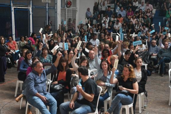 La asamblea de ayer tuvo pico de tensión en varios momentos. Foto: A. Colmegna