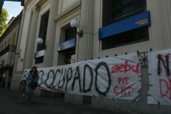 Ocupan agencia Unión del BROU. Foto: Ariel Colmegna.