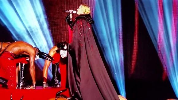 Madonna cae en el escenario