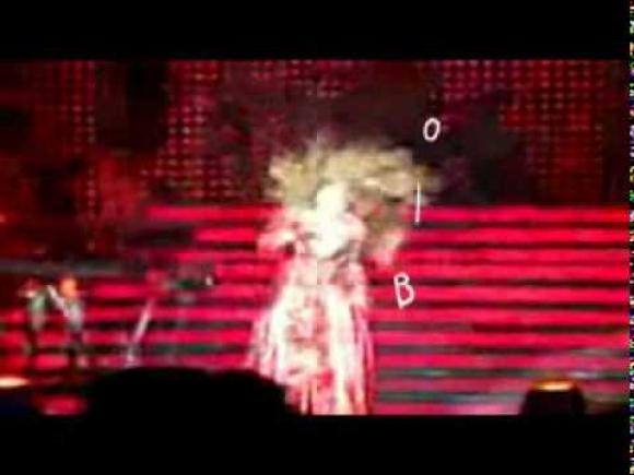 Beyoncé cae en el escenario