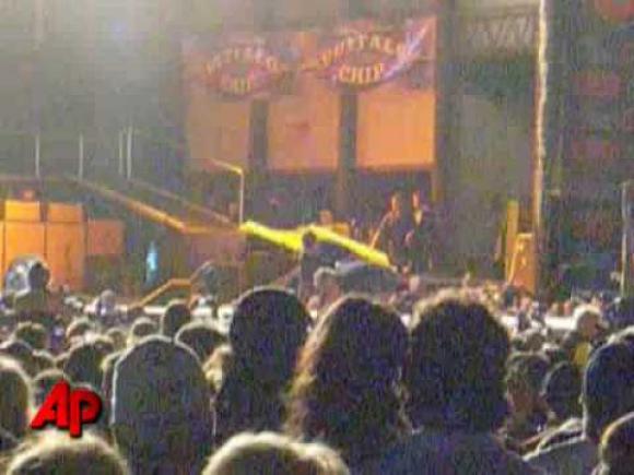 Steven Tyler cae en el escenario
