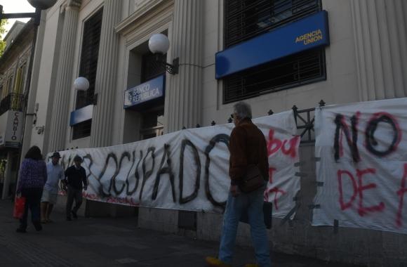 Ayer al mediodía ocuparon la agencia Unión, pero levantaron la medida en la tarde. Foto: A. Colmegna