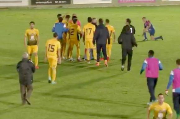 Escándalo por árbitro que pitó final antes de un gol — YouTube