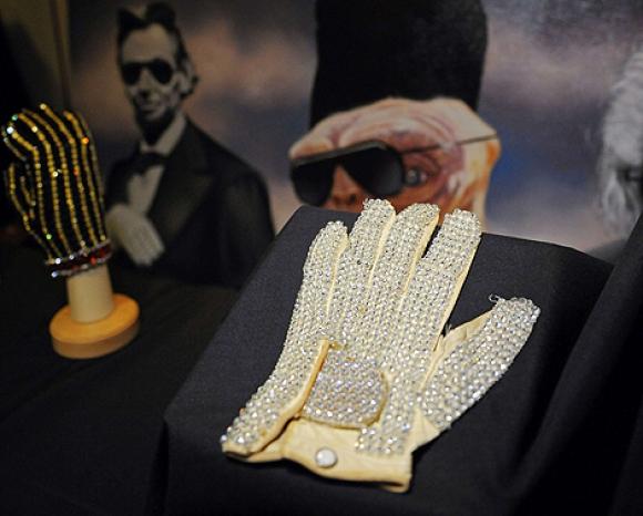 El guante de Michael Jackson que usó en la gira Triumph en 1981. Foto: AFP