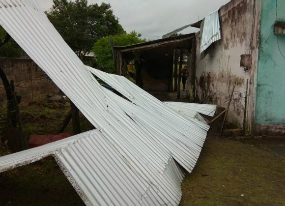 La turbonada en Salto dejó varios techos volados y a un niño herido. Foto: Luis Valerio