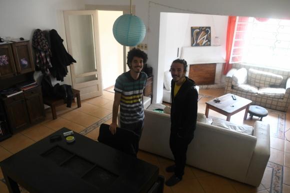 Fernando y Juan viven en una casa de Malvín junto a otras 5 personas, entre ellas una niña. Foto: A. Colmegna