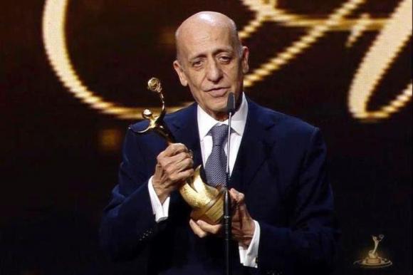 Galardón. El Dr. Maglione y el premio que le otorgó ACNO.