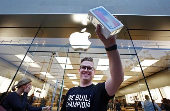 Las acciones de Apple en Bolsa con mayor valor de mercado del mundo, subieron un 2,6%. Foto: EFE