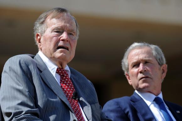 George H. W. Bush junto a George W. Bush. Foto: AFP