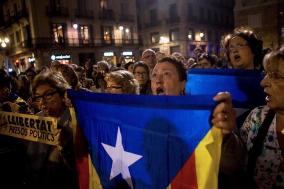Concentración frente al ayuntamiento de Barcelona para exigir la libertad de los exconsellers. Foto: EFE