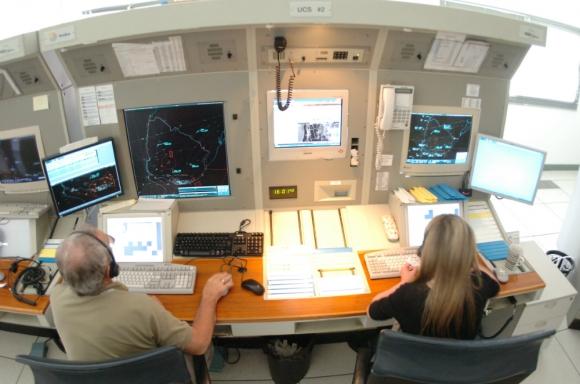 Los controladores aéreos no atienden despegues y afectan vuelos en los aeropuertos