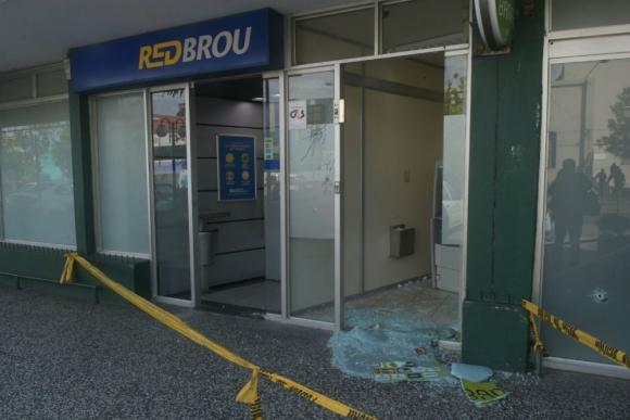Así quedó el cajero automático al que los delincuentes le dispararon. Foto: Francisco Flores.