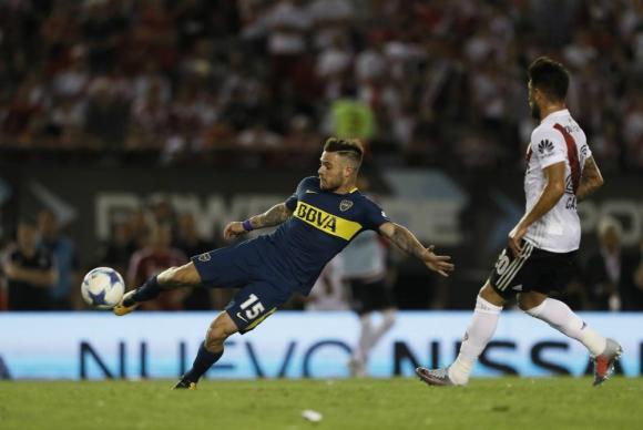 Nahitan Nández sacando el latigazo para que Boca ganara el clásico