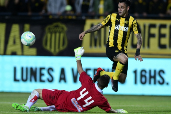 Fabián Estoyanoff en el duelo contra Guillermo Reyes en el Peñarol-Defensor. Foto: Gerardo Pérez