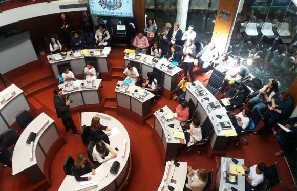 Los niños no se guardaron nada y mostraron pasta de legisladores. Foto: defensoriadelvecino.com.uy