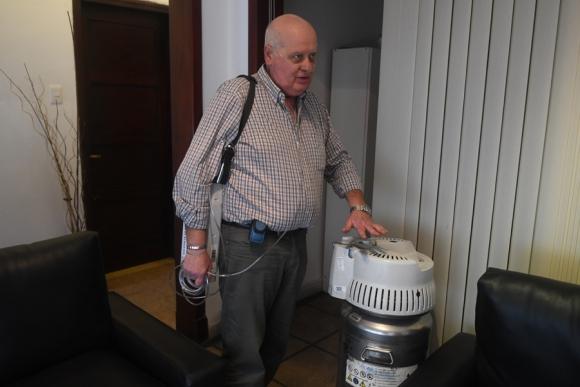 Daniel Vignola muestra como carga su mochila de respiración. Foto: A. Colmegna