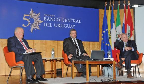 Tres presidentes del BCU disertaron al cumplirse medio siglo de vida del regulador. Foto: Juan Commitante / Presidencia