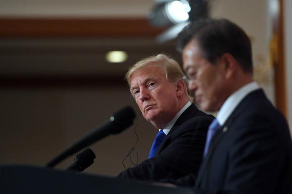 Trump junto al presidente surcoreano, Moon Jae-In. Foto: AFP.