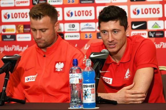 Robert Lewandowski anunció que definirá su presencia a último momento. Foto: EFE
