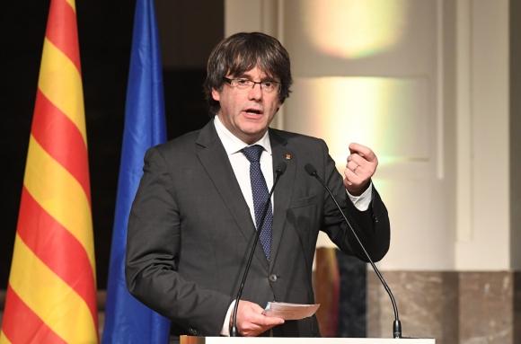 Puigdemont habló ante unos 200 alcaldes que lo recibieron entre aplausos. Foto: AFP